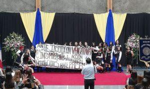 Estudiantes muestran apoyo al pueblo Mapuche en ceremonias de graduación