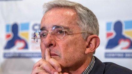 Álvaro Uribe renunció al Senado colombiano indagado por soborno y fraude
