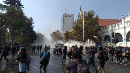 Brutal represión a marcha estudiantil en Chile