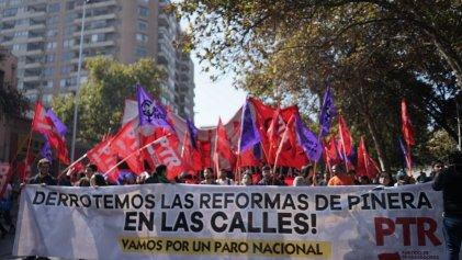Dos marchas se desarrollaron en Santiago este 1° de Mayo