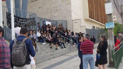 Con tomas de colegios, estudiantes de Chile exigen ingreso irrestricto a la universidad