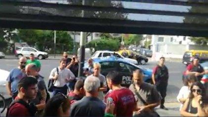 Denuncian prepotencia policial en la entrada de la escuela porteña Rogelio Yrurtia