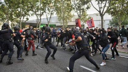Masiva concentración frente a la Asamblea de Madrid en repudio a la represión