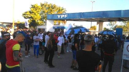 Reclamo en las puertas de YPF Ensenada