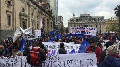 Masiva marcha de funcionarios de la U.Chile contra Ley de Universidades Estatales