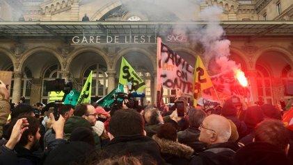 Combativa marcha de trabajadores franceses a 22 días de huelga en el transporte