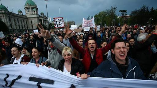 Fuertes protestas en Serbia contra Presidente electo Vucic